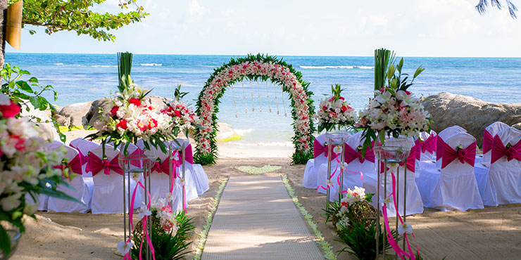 Beach wedding at Rocky's Boutique Resort
